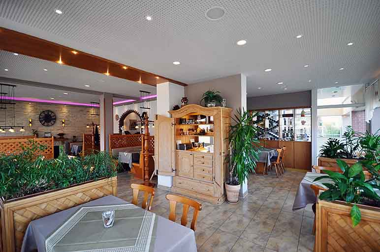 Pizzeria in Hinte bei Emden: Trockenbauwand, Deckengestaltung, Akustikdecke, Deckenbau, Akustiker.
