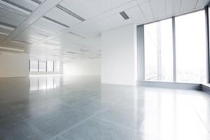 Deckengestaltung: Blick in ein Großraumbüro.