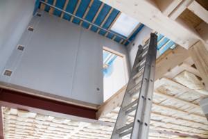 Gipskarton: Blick in ein Treppenhaus mit Trockebauwänden.