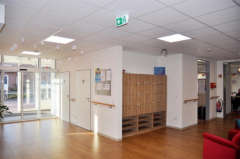 Deckengestaltung, Akustikdecke und Trockenbauwand in der Diakoniestation in Weener.
